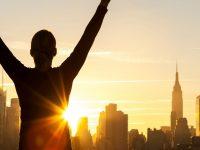 太陽に向かって手を挙げている